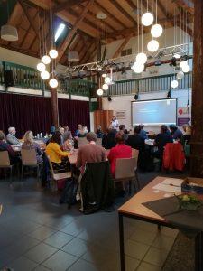 de zaal met mensen bij de start van het Stigma Café