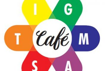 Logo Stigma Café: een bloem met 6 blaadjes van verschillende kleuren met daarin de letters S T I G M A en in het midden de tekst Café