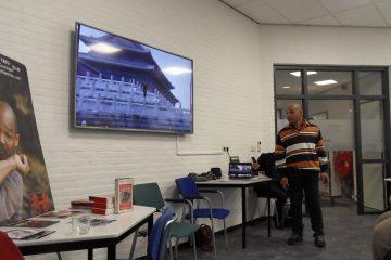 Earl Blijd staat voor de zaal en vertelt zijn verhaal
