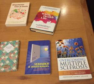 tafel met boeken die kunnen helpen bij MS